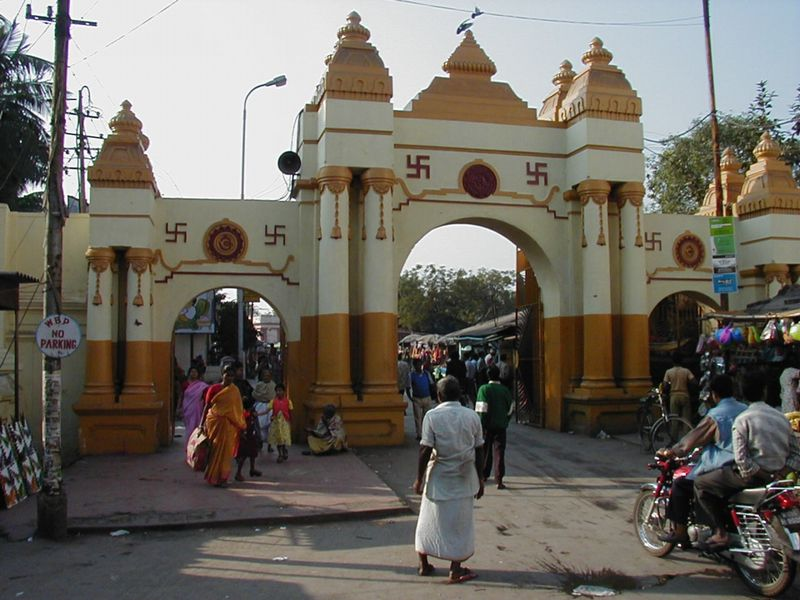 The main Dakshineswar Kali Temple complex entrance for arrivals by road