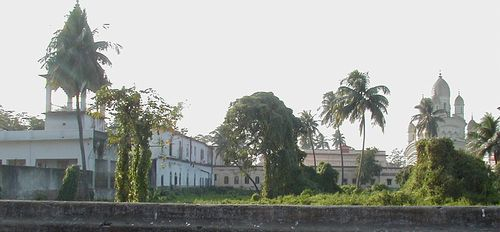 Behind the Temple compound is the garden house formerly owned by Jadu Mallick, where Ramakrishna often went in his earlier years